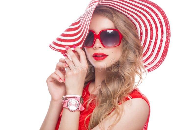 Jaskrawa rozochocona dziewczyna w lato kapeluszu, kolorowy makijaż, kędziory i menchie, robimy manikiur Piękno Twarz zdjęcie royalty free