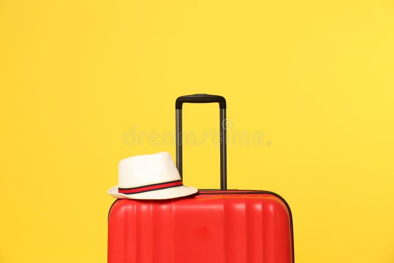 Jaskrawa walizka z kapeluszem fotografia royalty free