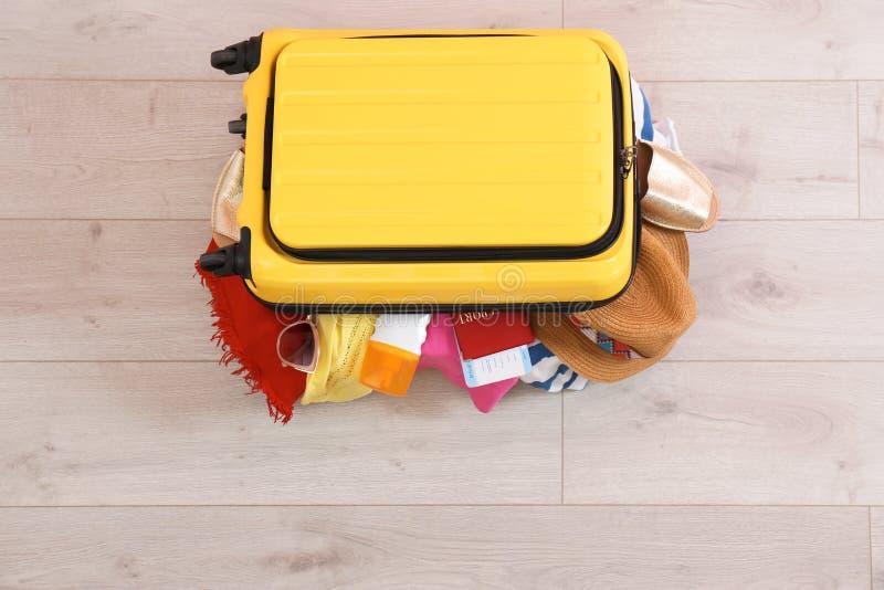Jaskrawa walizka z odziewa obrazy stock
