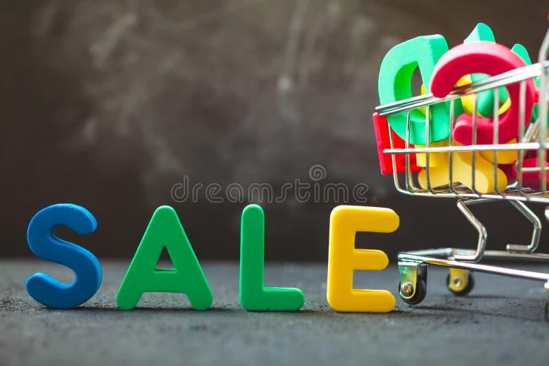 Jaskrawa wpisowa sprzedaż, konsumpcyjny tramwaj z listami Sprzedaż, rabat, czarny Piątku pojęcie Copyspace obraz stock