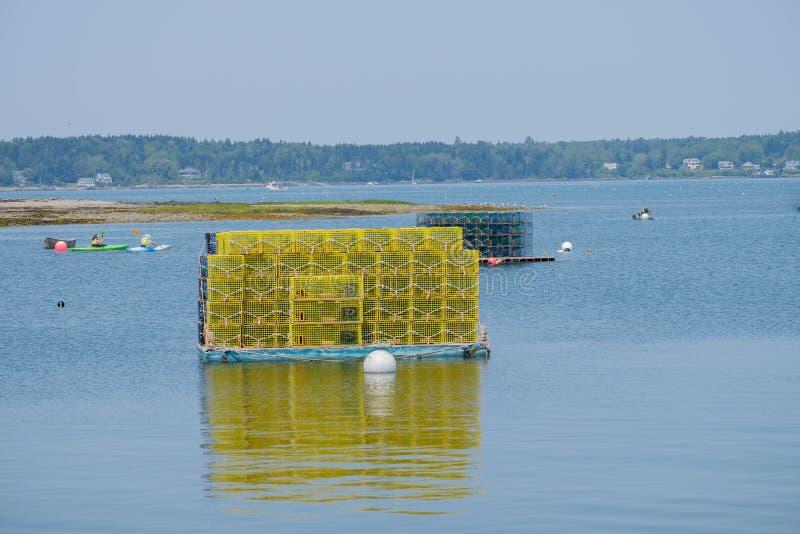 Jaskrawe Żółte homar klatki siedzą na ładowniczej platformie w wola G zdjęcie stock