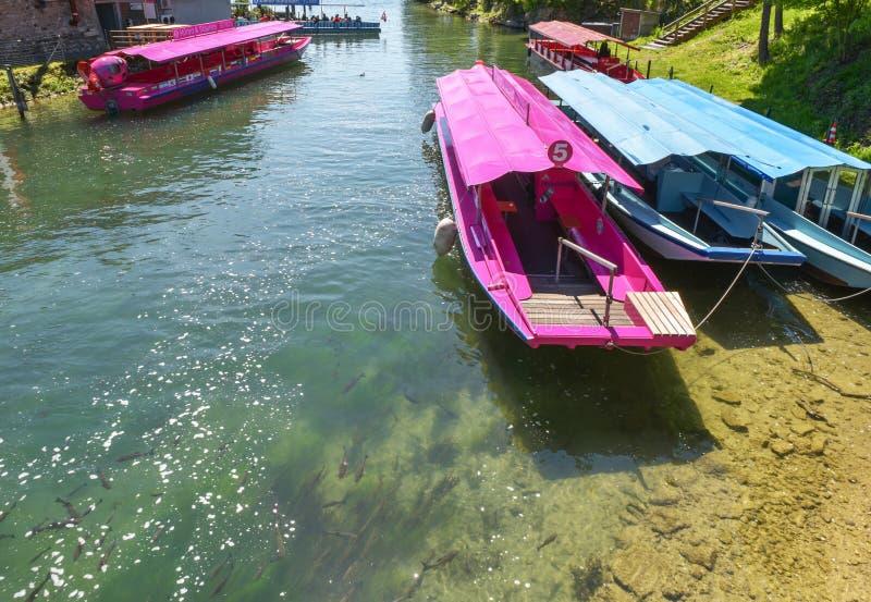 Jaskrawe łodzie na quay obraz stock
