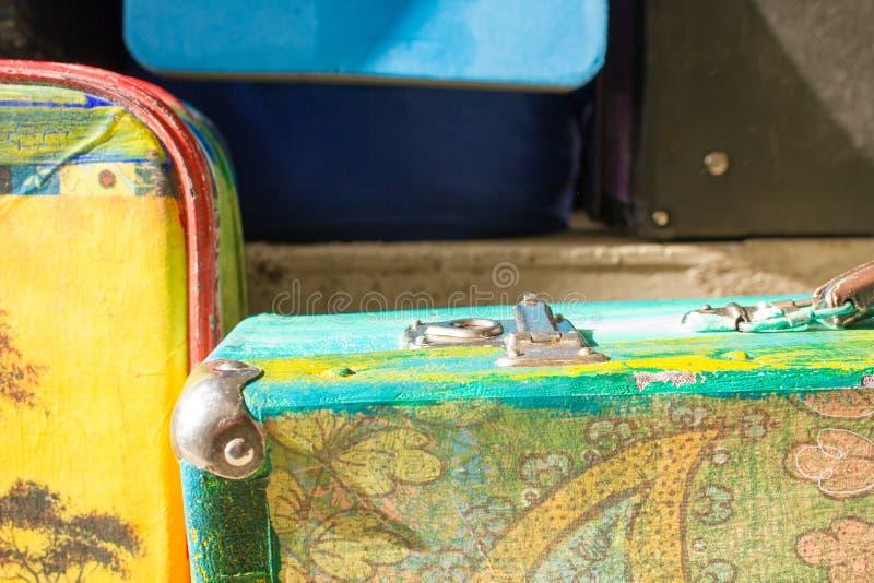 Jaskrawe barwione retro walizki dla podróży obraz stock