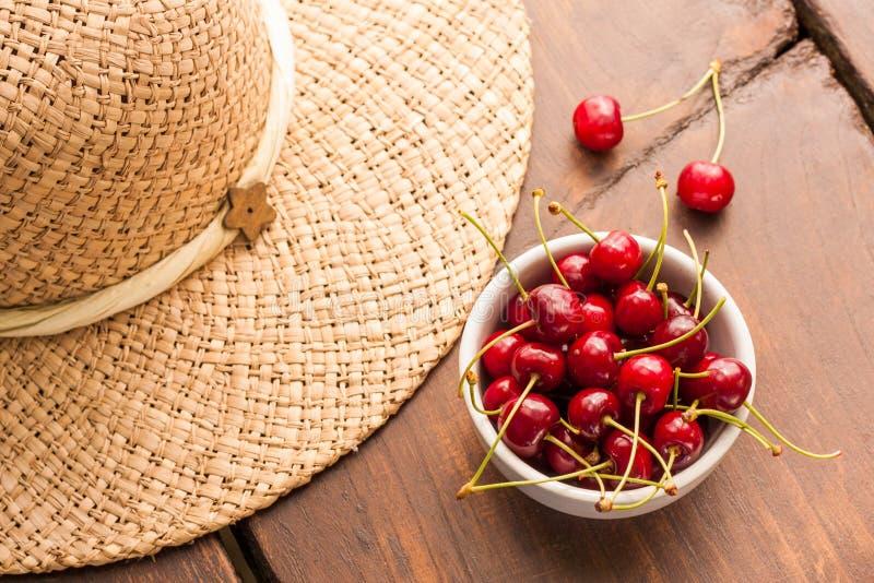 Jaskrawe czerwieni świeżo ukradzione wczesne słodkie wiśnie obrazy royalty free