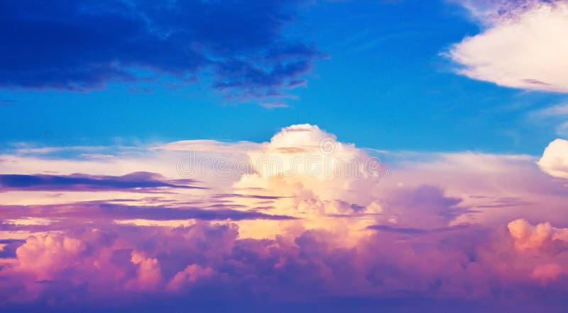 Jaskrawe kolorowe chmury podczas zmierzchu Tło dla design_ obrazy royalty free