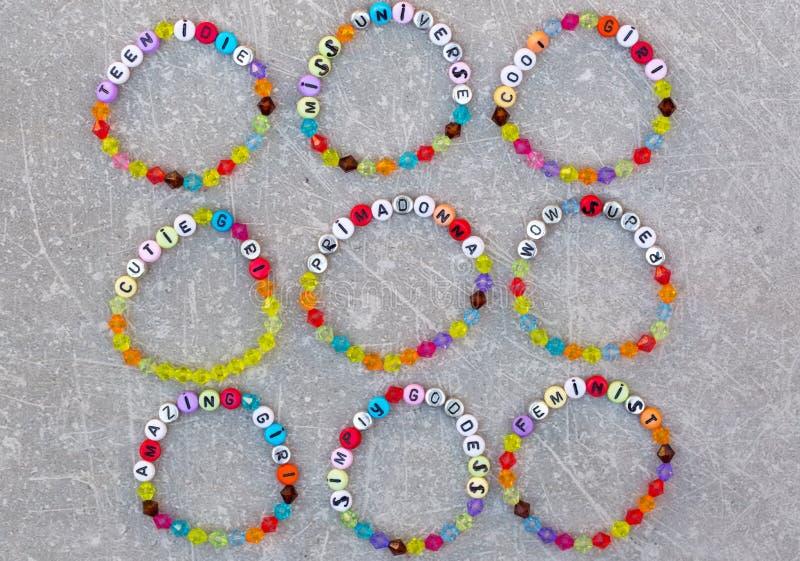 Jaskrawe plastikowe bransoletki dla dziewczyn obraz stock