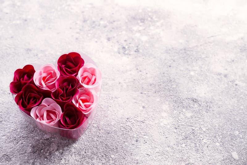 Jaskrawe różowe i czerwone róże robić mydlani golenia w sercowatym pudełku, Walentynka zdrój romantyczny fotografia stock