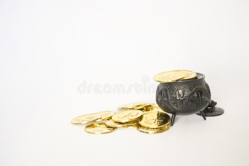 Jaskrawe Złociste monety z Antykwarska ręka Rzeźbiącym Irlandzkiego bagna garnka Dębowym dowcipem fotografia stock