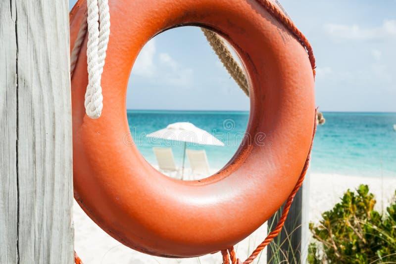 Jaskrawego pomarańczowego życia bouy obwieszenie na stronie plaża dostęp na tropikalnej wyspie fotografia stock