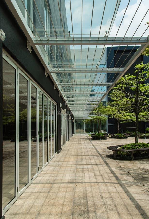 Jaskrawego szklanego baldachimu korytarza uliczna perspektywa obrazy royalty free