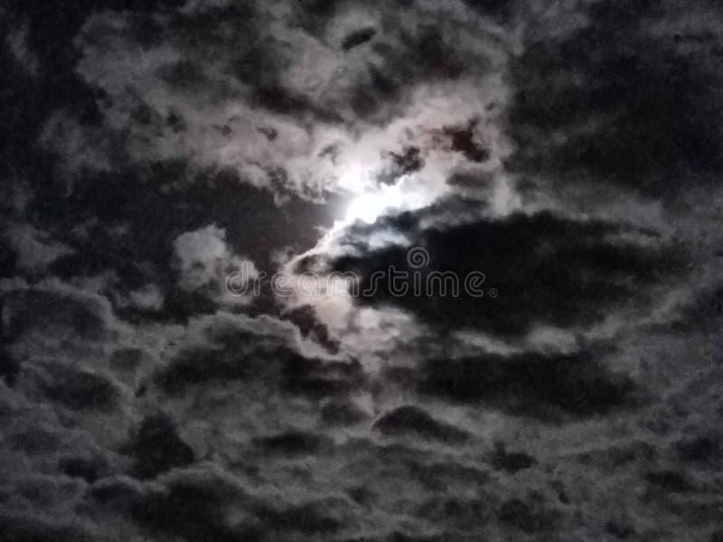 Jaskrawej księżyc Chmurny niebo zdjęcia royalty free