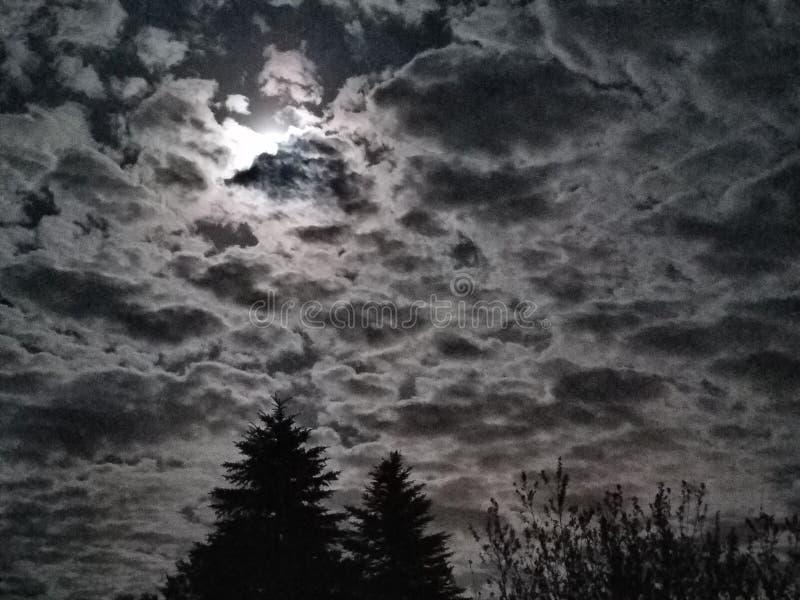 Jaskrawej księżyc Chmurny niebo zdjęcia stock