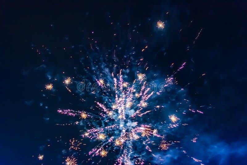 Jaskrawi świąteczni fajerwerki przeciw tłu nocne niebo zdjęcia stock