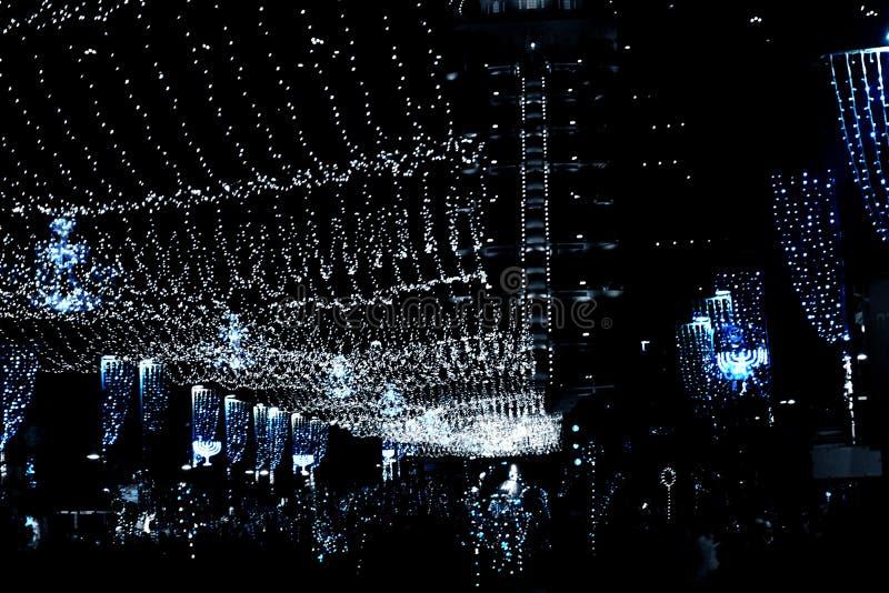 Jaskrawi światła na Ben Gurion ulicie Haifa miasto w Izrael, widok Bahai świątynia wiszące girlandy i świąteczne dekoracje fotografia stock