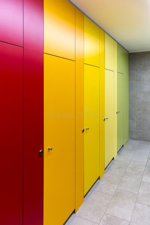 Jaskrawi barwioni drzwi w jawnej toalecie w centrum handlowym obrazy royalty free