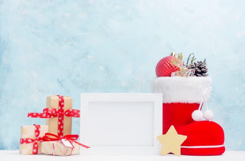 Jaskrawi boże narodzenia wyśmiewają up z białą horyzontalną fotografii ramą: świąteczni prezentów pudełka, zabawki i rożki w czer zdjęcie royalty free