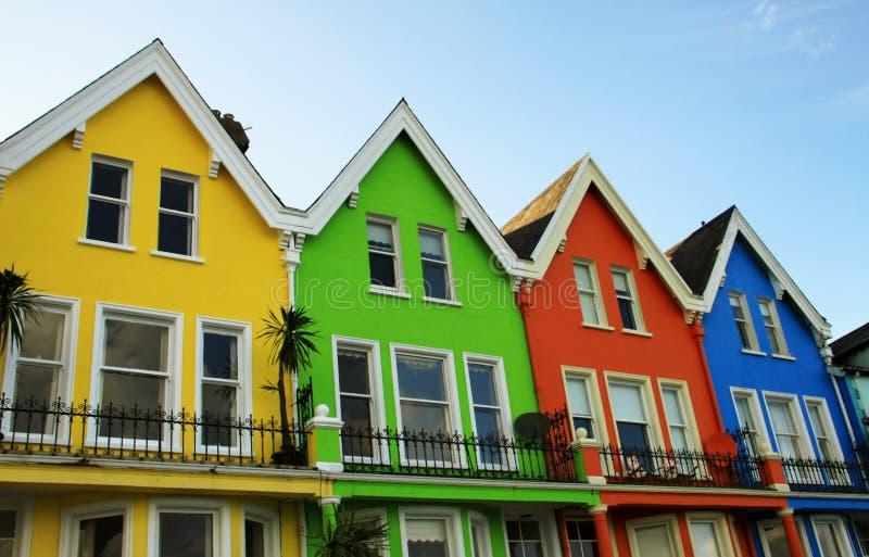 Jaskrawi coloured drewniani domy w północnym - Ireland fotografia royalty free