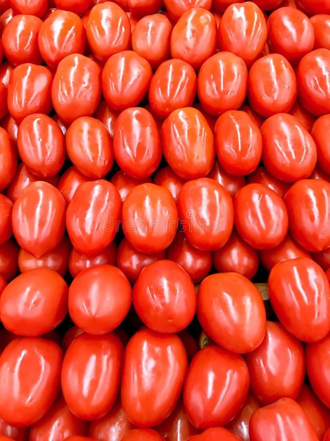 Jaskrawi czerwoni Roma pomidory na pokazie przy lokalnym supermarketem obrazy royalty free