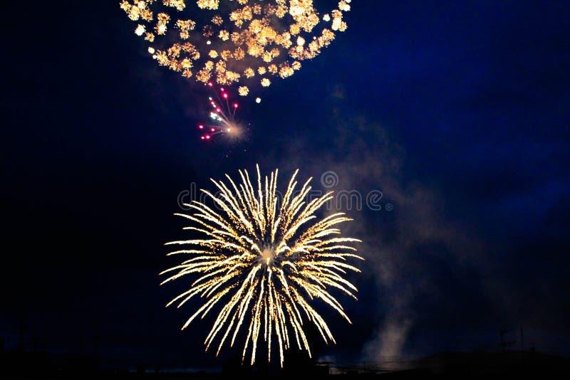 Jaskrawi fajerwerki w nocnym niebie zdjęcia stock