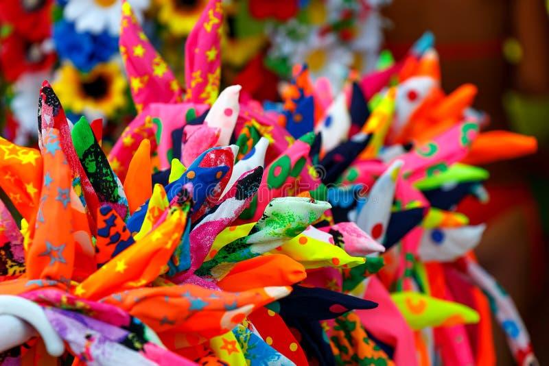Jaskrawi kawałki kolorowa tkanina jako tła zakończenie obraz royalty free