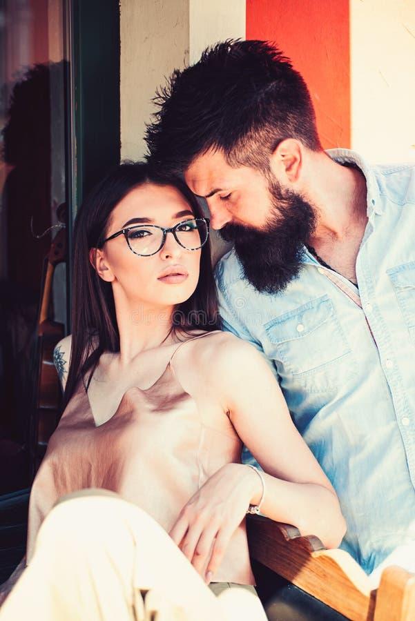 jaskrawi kolor mody modele biali Dziewczyna i chłopak w powiązaniach przyjaźń miłość pary Para kochankowie z moda stylem zdjęcie royalty free