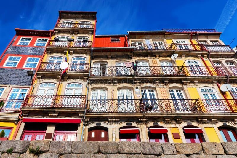 Jaskrawi kolorowi domy w Porto, stary miasteczko, dolny widok zdjęcie stock