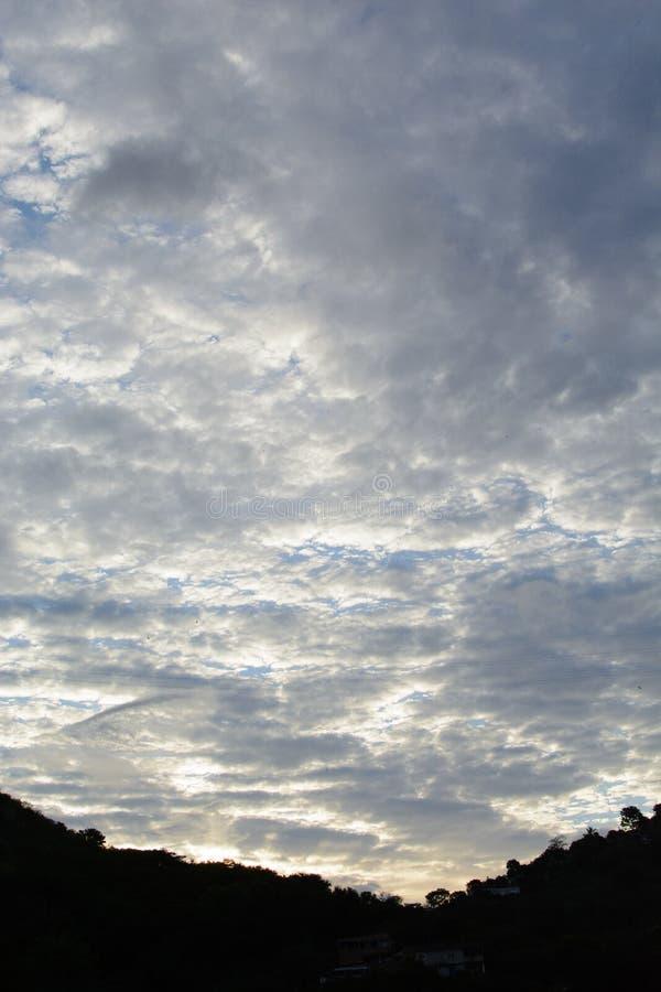Jaskrawi obłoczni skyes fotografia stock