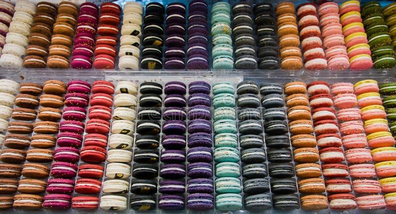 Jaskrawi piękni macaroons z czułą i przyprawioną śmietanką Kontrast kolory i ideał forma, selekcyjna ostrość obrazy royalty free