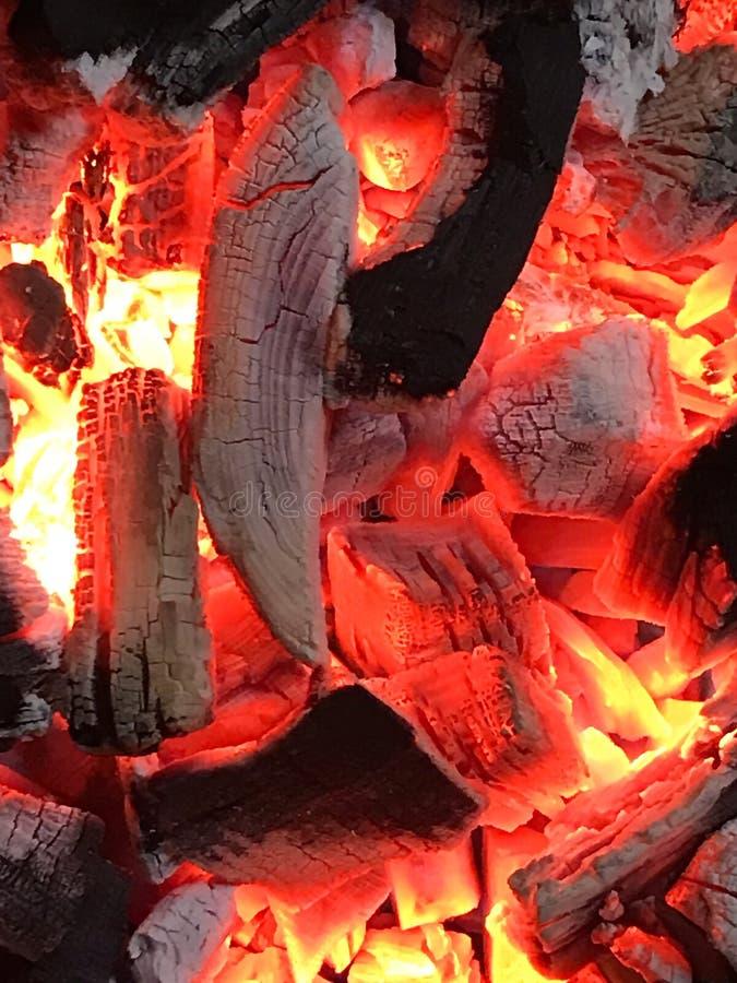 Jaskrawi pomarańczowi gorący embers w drewnianej kuchence zdjęcia royalty free