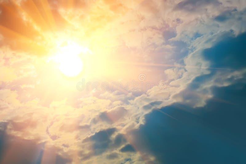 Jaskrawi promienie słońca jaśnienie w niebieskim niebie fotografia stock