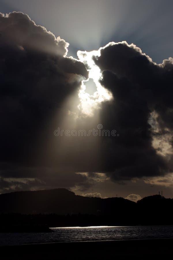 Jaskrawi promienie słońce połysku synkliny zmrok chmurnieją fotografia stock