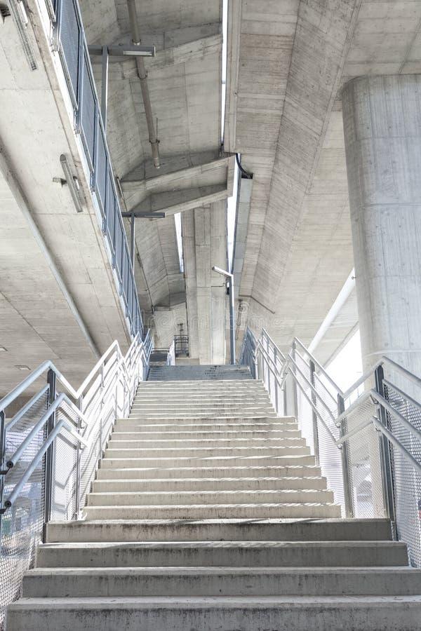 Jaskrawi schodki pod miastowym miasto mostu tłem obrazy stock