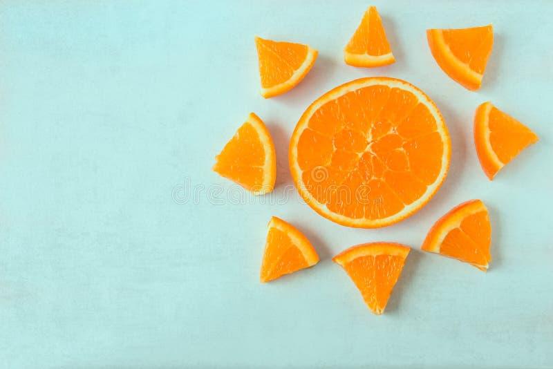 Jaskrawi soczyści pomarańcze plasterki w formie słońca na świetle z powrotem zdjęcia stock