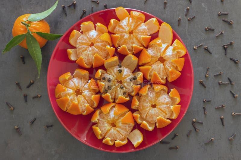 Jaskrawi soczyści tangerines kłamają na czerwień talerzu Mandarines, dekorują obraz stock