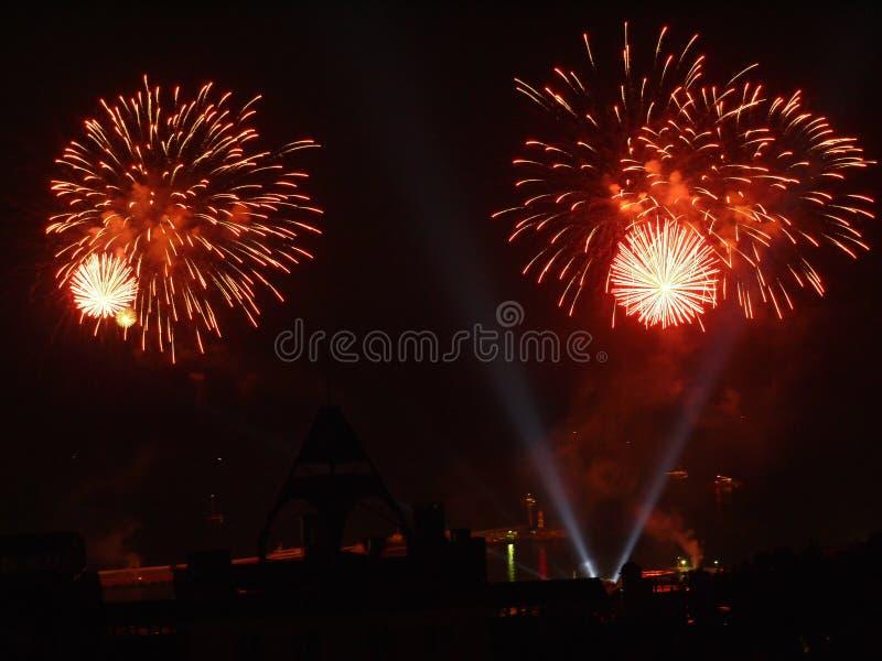 Jaskrawi wybuchy fajerwerki w nocnym niebie bryzga wniebowziętych widzów na ich głowach szaleńczo cieszy się taki zdjęcie stock