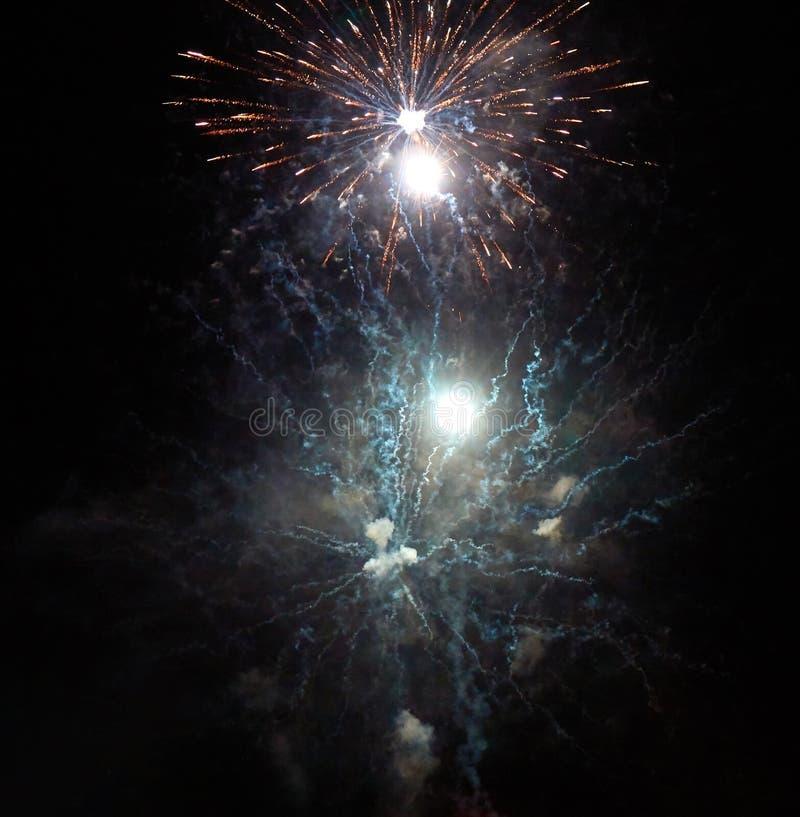 Jaskrawi złoci fajerwerki, dym i jaskrawi błyski światło w nocnym niebie, zdjęcia royalty free