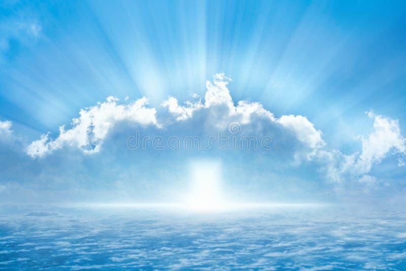 Jaskrawy światło od nieba, światło nadzieja od niebiańskiego drzwi fotografia stock