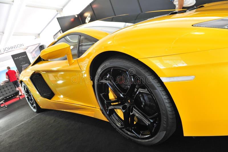 Jaskrawy żółty Lamborghini Aventador na pokazie przy Singapur jachtu przedstawieniem 2013 fotografia stock