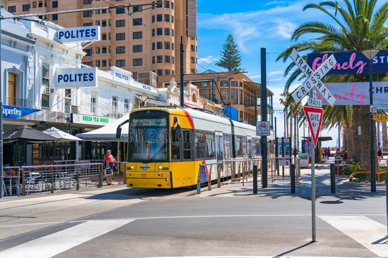 Jaskrawy żółty tramwaj na Moseley kwadracie Glenelg, Australia obrazy stock