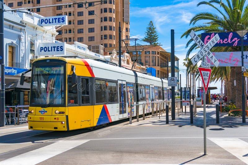 Jaskrawy żółty tramwaj na Moseley kwadracie Glenelg, Australia fotografia royalty free