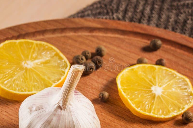 Jaskrawy życia zakończenie czosnek cytryna i czarny pieprz wciąż fotografia royalty free