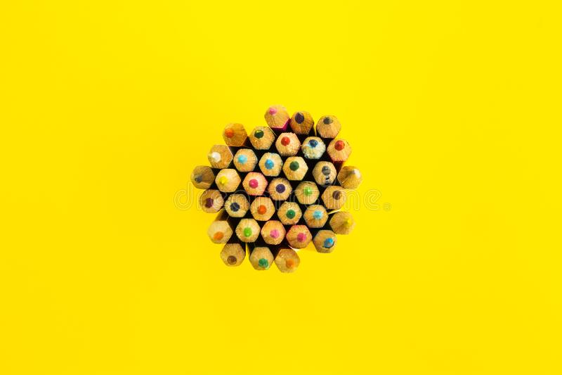 Jaskrawy abstrakcjonistyczny tło barwiący ołówki, odgórny widok fotografia royalty free
