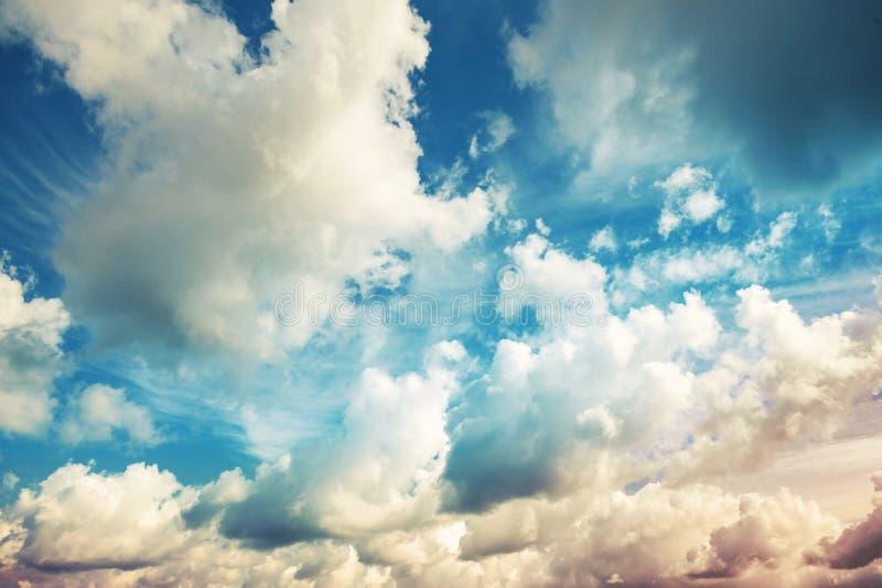 Jaskrawy błękitny chmurny niebo, rocznik tonował fotografię zdjęcia stock