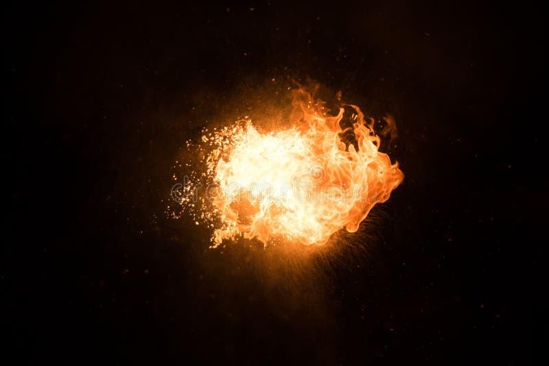Jaskrawy błysk ogień, przeciw czarnemu niebu zdjęcie royalty free