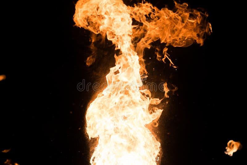 Jaskrawy błysk ogień, przeciw czarnemu niebu zdjęcia royalty free