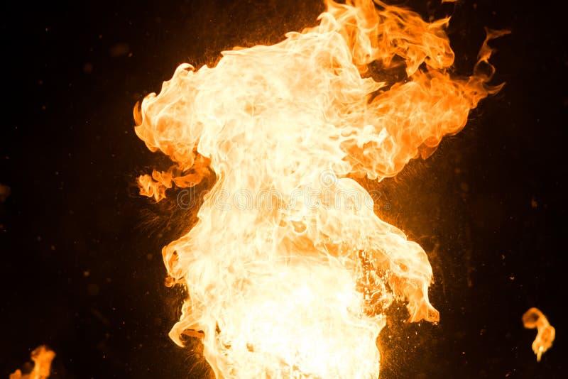 Jaskrawy błysk ogień, przeciw czarnemu niebu zdjęcie stock