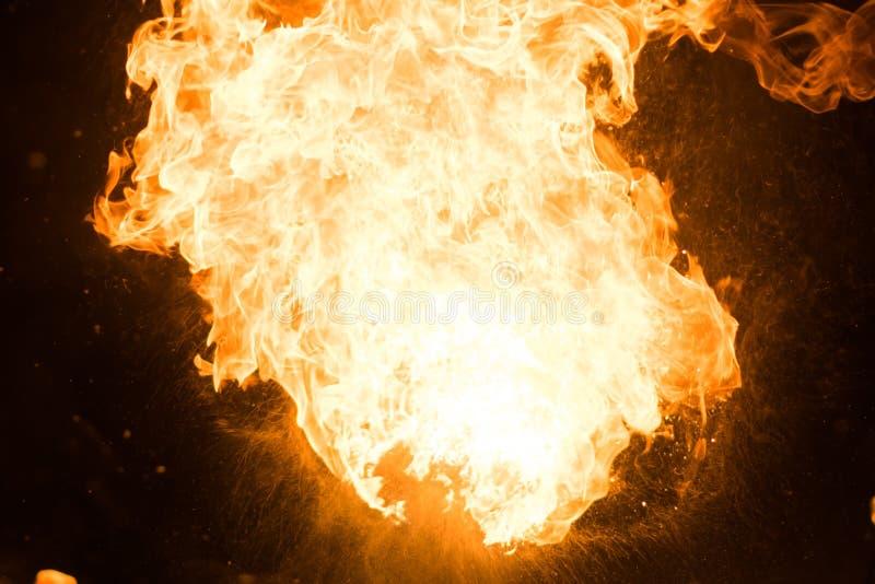 Jaskrawy błysk ogień, przeciw czarnemu niebu fotografia stock