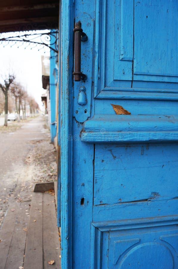 Jaskrawy barwiący płotowego kindergartenOld ulicy i otwarte drzwiego błękitny widok obrazy royalty free