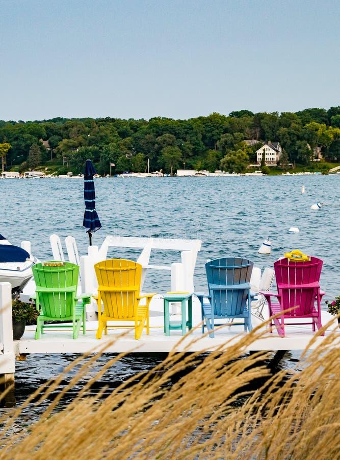 Jaskrawy Barwiący pokładów krzesła na Lemańskim jeziorze obraz stock