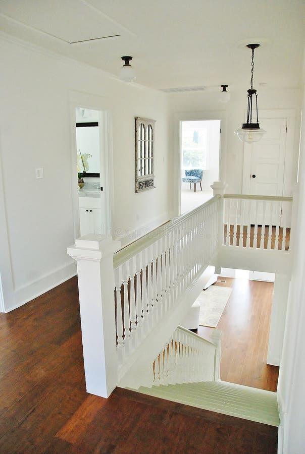 Jaskrawy Biały i Jasnozielony korytarz fotografia royalty free